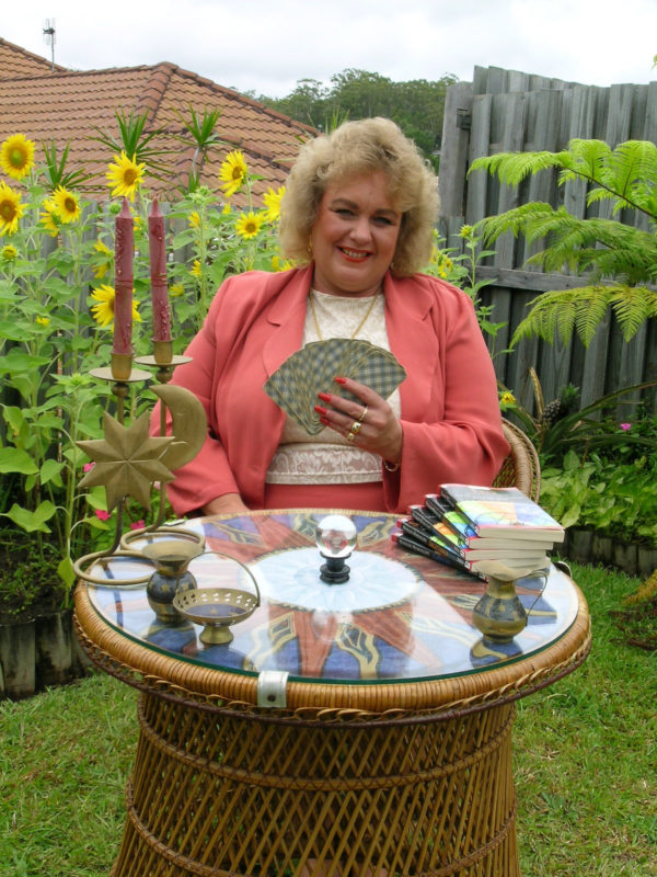 Amanda-Hall-Reading-Tarot